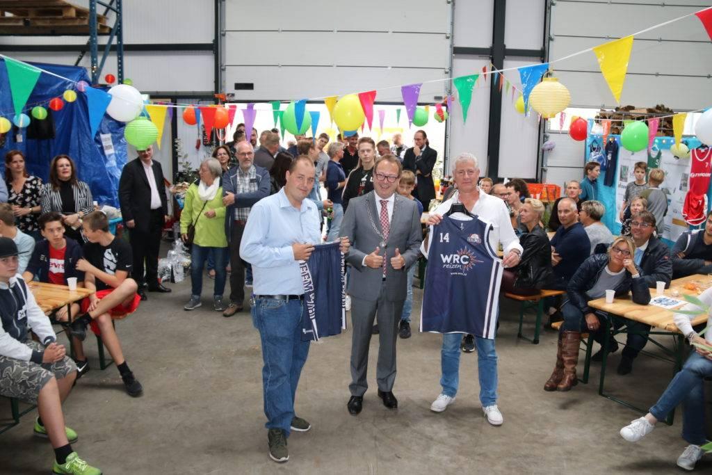 Burgemeester van Benthem overhandigt nieuwe tenue van basketbalvereniging Eem'78 met shirtsponsor WRC Reizen